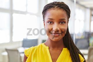 Afrikanische Frau als Trainee