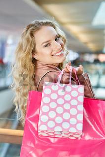 Weiblicher Teenager hat Spaß beim Shopping