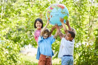 Kinder Gruppe als Team hält eine Weltkugel
