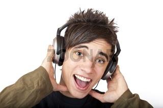 Jugendlicher hört mit Kopfhörer Musik und singt laut mit