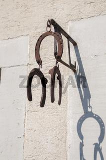 Hufeisen an der Hauswand als Gluecksbringer, Mulfingen-Ailringen