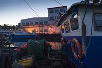 Ruderhaus und Oberdeck eines Fischkutters bei Nacht.