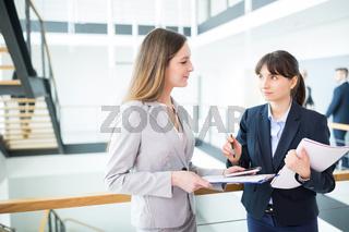 Zwei junge Business planen gemeinsam ein Projekt