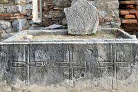 Steinsarkophag mit drei Kreuzen  Johannes Basilika Ruine Selcuk