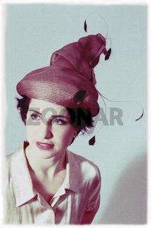 Junge Frau mit Designerhut, young woman with designer hat