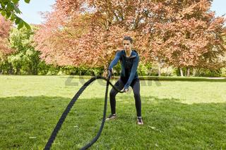 Frau bei Battle Rope Functional Training