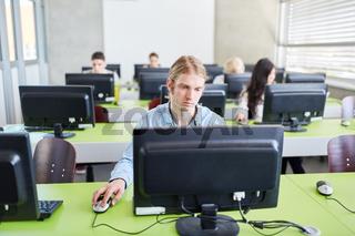 IT Studenten in einem Computerkurs