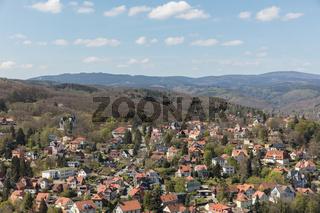 Häuser vor dem Berg Brocken in Wernigerode