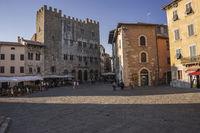 Domplatz von Massa Marittima mit Gebäuden aus dem Mittelalter, Toskana, Italien