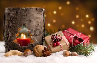 Weihnachten - Päckchen und Laterne im Schnee