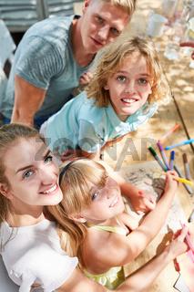 Kinder und Eltern zeichnen zusammen