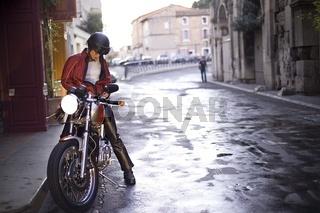 Frau sitzt auf Motorrad