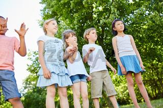 Gruppe Kinder steht erwartungsvoll