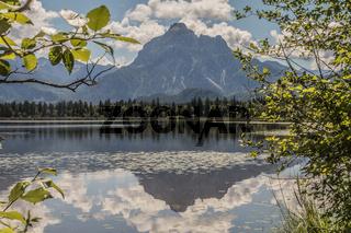 Berg Säuling, gespiegelt im Hopfensee, Nahe Füssen im Allgäu