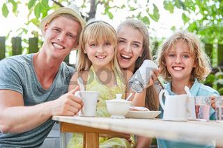 Kaffee trinken im Garten mit viel Zucker