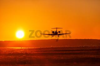 Flugzeug landet Flughafen Privatjet Sonne Sonnenuntergang Ferien Urlaub Reise reisen