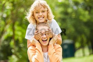 Junge überrascht seine lachende Mutter