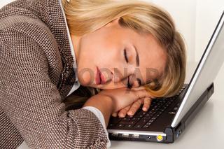 Stress und Übermüdung im Büro. Büroschlaf.