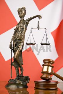 Gerichtshammer und schweizer Flagge