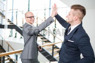 Zwei Geschäftsleute feiern Start-Up mit High Five