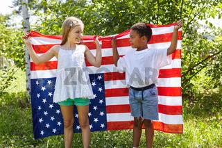 Freunde halten zusammen die Fahne der USA