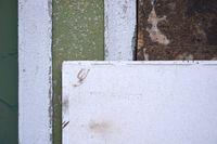 Bunte Mauer und Platte