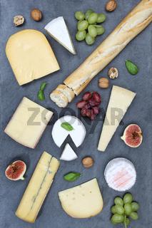 Käseplatte Schweizer Käse Platte Brot Camembert Hochformat Schiefertafel von oben