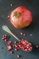 Granatapfel auf Schieferplatte;