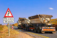 Schwerer Lkw auf dem Long Tom Pass, Mpumalanga, Südafrika, heavy truck at famous Long Tom Pass, South Africa
