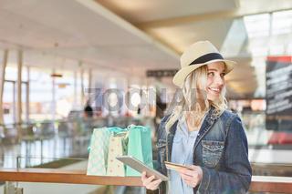 Blonder Teenager macht Einkäufe im Internet