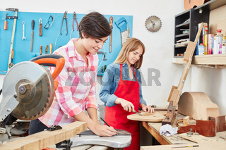 Zwei Frauen arbeiten als Lehrlinge zusammen