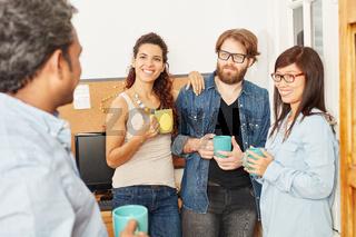 Bürogemeinschaft in der Kaffeepause
