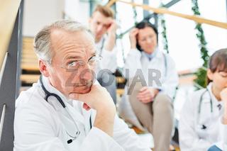 Arzt denkt über ein medizinisches Problem nach