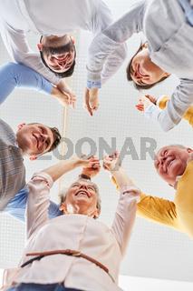 Team macht eine Übung für Teambuilding
