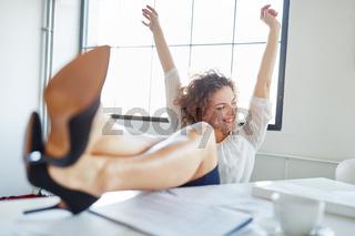 Geschäftsfrau jubelt vor Freude