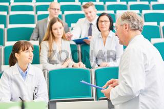 Junge Frau als Medizin Studentin in einem Examen