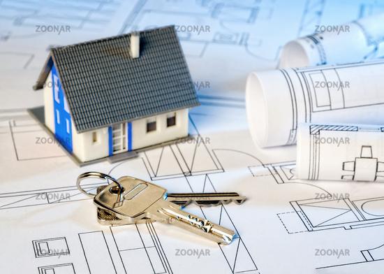Baupläne mit Haus und Schlüssel