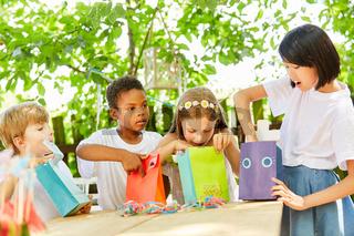 Gruppe Kinder beim Auspacken von Geschenken