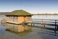 Bootshaus am Kochelsee, Bayern, im Herbst