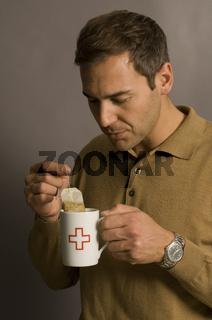Mann trinkt Tee