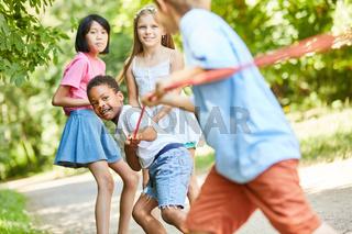 Kinder beim Tauziehen als starkes Team