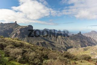 Landschaft in Gran Canaria mit Roque Nublo und Roque Bentayga