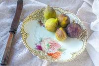 Feigen auf einem Teller mit Blumenmalerei (Nymphenburger Porzellan)