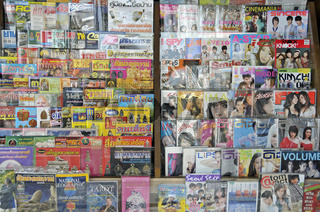 Zeitschriften an einem Kiosk in Bangkok, Thailand, Asien