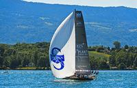 Segelboot mit Spinnaker Segel auf dem Genfersee, Regatta Bol d'Or Mirabaud, Genf, Schweiz