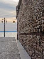 Altstadt von Lazise mit Blick auf den Gardasee