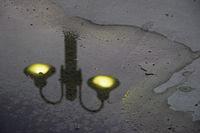 Spiegelbild einer Straßenbeleuchtung
