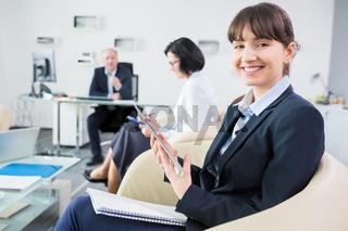 Business Trainee mit Tablet Computer im Büro