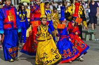 Kinder und Jugendliche in frabenfroher traditioneller Deel-Kleidung, Ulanbator, Mongolei