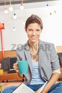 Frau trinkt Kaffee zur Entspannung